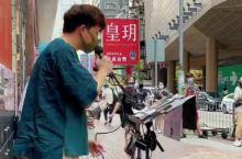 旺角地铁一出来,经常会见到街头艺人在唱歌,他们的歌声和音乐设备不会輸给真正的歌手艺人,这个在大街上唱