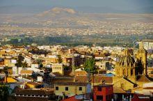 格拉纳达一一西班牙安达卢西亚自治区格拉纳达省的首府,一座非常迷人的小城。从巴塞罗那飞往格拉纳达,当我
