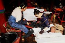 百年傳承的手工印刷經書至今任然持久不衰……這是藏族人心中的信仰,也是他們一代又一代 不曾改變的