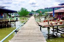 艾尔水村,分布在文莱河的两岸,几十座高脚