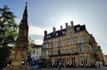 在牛津核心区的交通要道位置,树立这一座高大的纪念碑,是殉道者纪念碑,纪念碑使用高大尖塔的形式建造,上