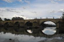 萨拉戈萨石桥横跨埃布罗河,在比拉尔广场的背后。夕阳西下的时候,远观石桥有种历史的沧桑感。据说石桥兴建