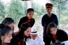音乐电影《龙州媚》MV终于在龙州八角乡后山茶园杀青了,演员们和莫导在审看镜头。