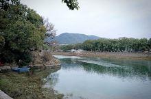 溪口 蒋氏故里景区 。有雪窦山上的雪窦寺,还有千丈岩。