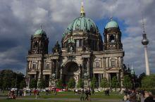 柏林大教堂是非常壮丽的哥特风格大教堂,穹顶尤其雄伟,远远就能看见。 在二战中和柏林这个城市一样,没能