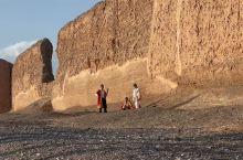 在新疆戈壁上富有西域特色的维吾尔族音乐