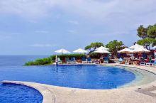印尼的巴厘岛,以浪漫和最美的日落而闻名,乌鲁图瓦断崖上的蓝点,无边泳池和玻璃教堂,蓝与白、更是她的一