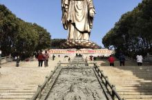 假期和爸妈去了灵山大佛,阳光明媚,风景无限,金碧辉煌的梵宫,巍峨耸立的雕像,十分壮观,令人肃然起敬。