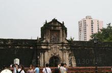 在菲律宾首都马尼拉有座圣地亚哥城堡,城堡位于王城的西北部,是王城的工事之一,最为古老,它是西班牙统治