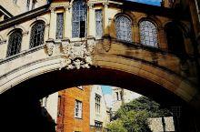 博德利图书馆走几步路就到了著名景点一一叹息桥,又名''赫特福德桥'。建于1914年,一座跨越新学院巷