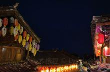 走进云南丽江,就是走进了一幅古老的高原风貌历史画卷。老街上那古色古香的纳西民居依山傍水,错落别致;古