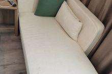 酒店环境很不错,房间里配个沙发很得体!价格还不贵,性价比很好!