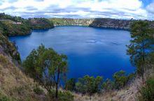 火山口上的蓝湖