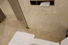 厕所没有锁而且连个门把手也没有,所以的东西都要钱,浴室帘子在外面直接可以拉开。二楼吃饭菜居然不熟,价