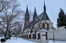 从高堡可以遥望雪后的伏尔塔瓦河游艇码头和美丽如画的布拉格。  除了穿梭大大小小的城堡和街道,坐游船也