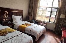 房间挺大有地暖不冷,洗澡水很冲,床睡的也挺舒服,就是洗被褥的洗洁精好像没漂洗干净,睡的被子和单子身上