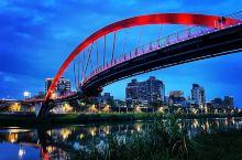 彩虹橋全長167公尺,是連接內湖區新明路及松山區饒河街,橫跨基隆河的一座橋樑,造型特殊,由橋中央的四