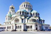 保加利亚的亚历山大大教堂、在索菲亚市中心的广场上,镀金的圆顶,钟塔看起来重重叠叠,有十二个钟,是巴尔