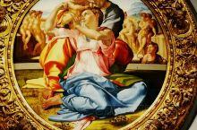 米开朗琪罗在乌菲兹美术馆唯一作品''圣家族'',位于第15展室。画中的耶稣并没有像惯常画法一样坐在圣