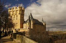 阿尔卡萨尔城堡外形漂亮,是睡美人或白雪公主故事中城堡的原型,不过里面很一般。有中文的简介,LP上说菠