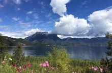 【泸沽湖】 泸沽湖的湖水蓝得让人感动,又让人沉醉。泸沽湖的湖水静得象一面大镜子,让人不舍得惊动它。天