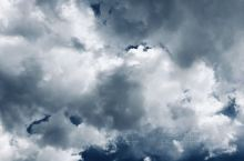你看这些白云聚了又散,