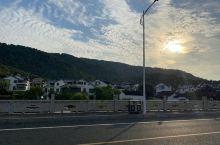 天气刚刚好,把车停在了路边的休息区,步行五十米就可以看到海与公路。人很少,路边寥寥无几的路拍的朋友们