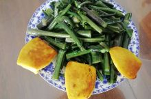红菜苔配南瓜馒头片