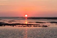 这海上落日真的是太漂亮了,海边落日把整片海映得通红!如此美景真的是第一次看见!最美夕阳红! 遂溪·湛