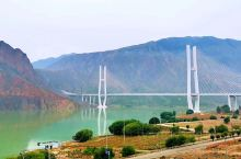 从西宁一路跋山涉水,跨越清清黄河上壮丽的海黄大桥,无意间踏入了甘加秘境,雄伟的白石崖,神秘的八角古城