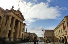 牛津大学,其实是一座大学城,在里面有很多不同学院,而大学里面又不止是学院建筑,还有商业,居民,博物馆