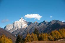 秋日宝藏打卡 行走于高山、草甸、海子间的海子沟   海子沟是业余登山爱好者攀岩四姑娘山大峰的必经之地