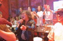 朱哥哥一唱歌这首歌,《龙州媚》MV摄制组的人个个都疯狂了。