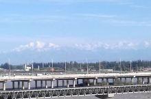 天山是横亘在我国西部的高大山脉,全长超过了四千千米,把新疆分为了南北疆,山上终年白雪皑皑,远看巍峨壮