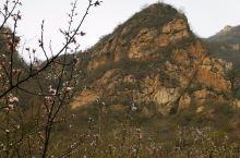 """涞水县的龙门天关景区群山叠翠,峭壁悬崖,正如摩崖石刻文化长廊绝壁上所刻,龙门天关""""峰环万叠,险胜重围"""
