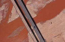 一条红色的河流,就这样静静地流淌着