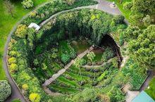 澳大利亚的南澳州和维多利亚州中间,甘比尔山有个美丽的洞穴安伯司唐洞穴,它是大自然的奇迹。我在澳洲几十
