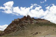 基乌寺非常小,边上有座白塔,环绕围着的是很壮丽的玛尼堆,背面也不好看,非常荒凉,但不远的地方就是美丽