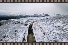 行驶在茫茫雪山之间,航拍非常有意境