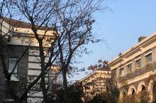 特色 整个酒店没有高楼,都是两层左右的独栋建筑,外观 十分复古,灰色调为主,先由一道精致的大门进入,