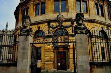 邻近博德利图书馆旁''谢尔登剧院'',每年牛津大学的毕业生毕业典礼都会在这里举行。毕业典礼上,校长拿