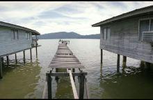 伸出海面的平民木屋