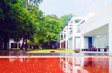 苏梅岛的图书馆酒店,去的时候恰逢下雨,外面的海滩上波涛汹涌,风大浪急,里面倒是安安静静……。雨停之后