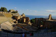 陶尔米纳最吸引人的重要景点''希腊露天圆形剧场'',一座建于公元前三世纪古希腊U形剧场。建在悬崖边上