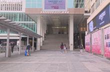 海港城是香港最大型的购物中心,集购物,美食,娱乐,景观于一身,有很多国际知名的品牌,位于尖沙咀交通十