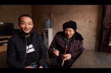 80岁老人将陪伴40多年的烟杆传承给儿子