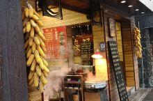 千户苗寨的餐厅小店,一串串玉米是亮点。
