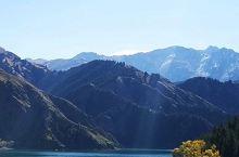 天山天池,雪峰倒映,云杉环拥,碧水似镜,风光如画。