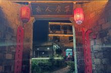 瑶里千年古镇的夜景,真的好美好美,大红灯笼高高挂,融融的红光照亮了白墙青瓦,整个古镇披上了蝉翼般的金
