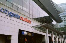 東荟城名店倉鄰近机场,是全港唯一大型名牌折扣商場,有超过七十个国际知名品牌,在这里可以超低的价格买到